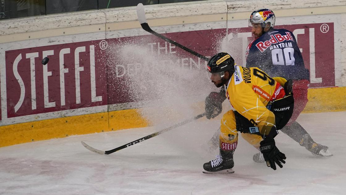 двое мужин играют в хоккей