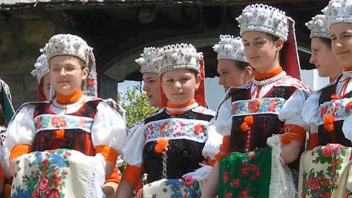 Девушки в венгерских нарядах