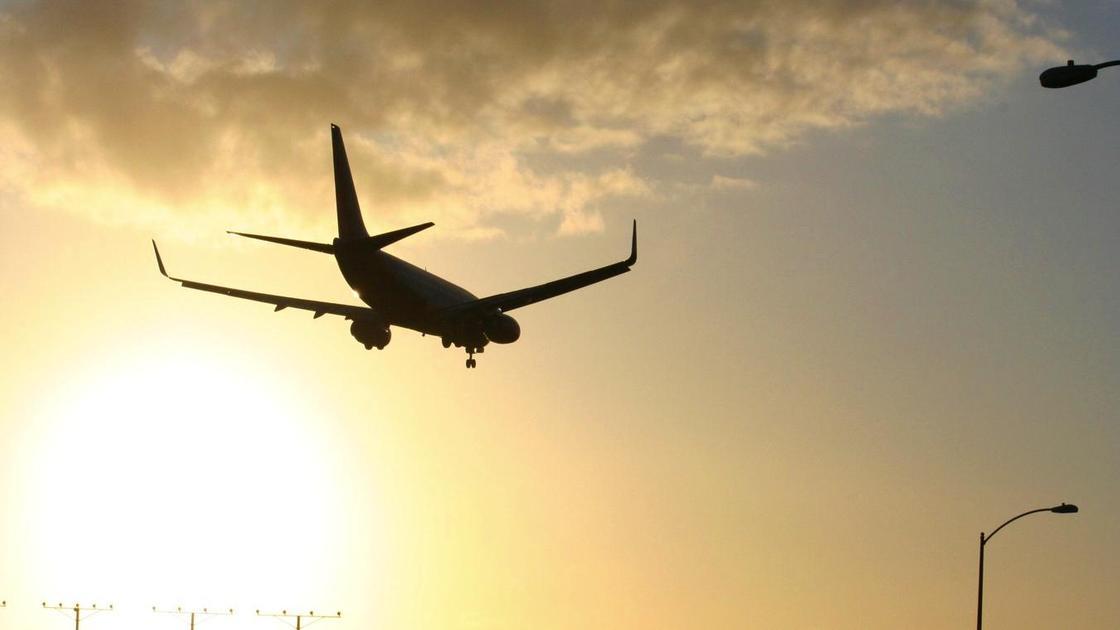 Самолет летит в небе