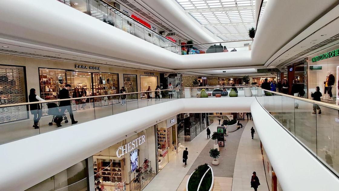 Люди гуляют по торговому центру