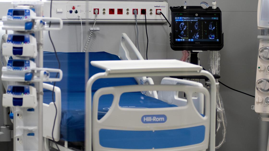 Больничная койка с оборудованием