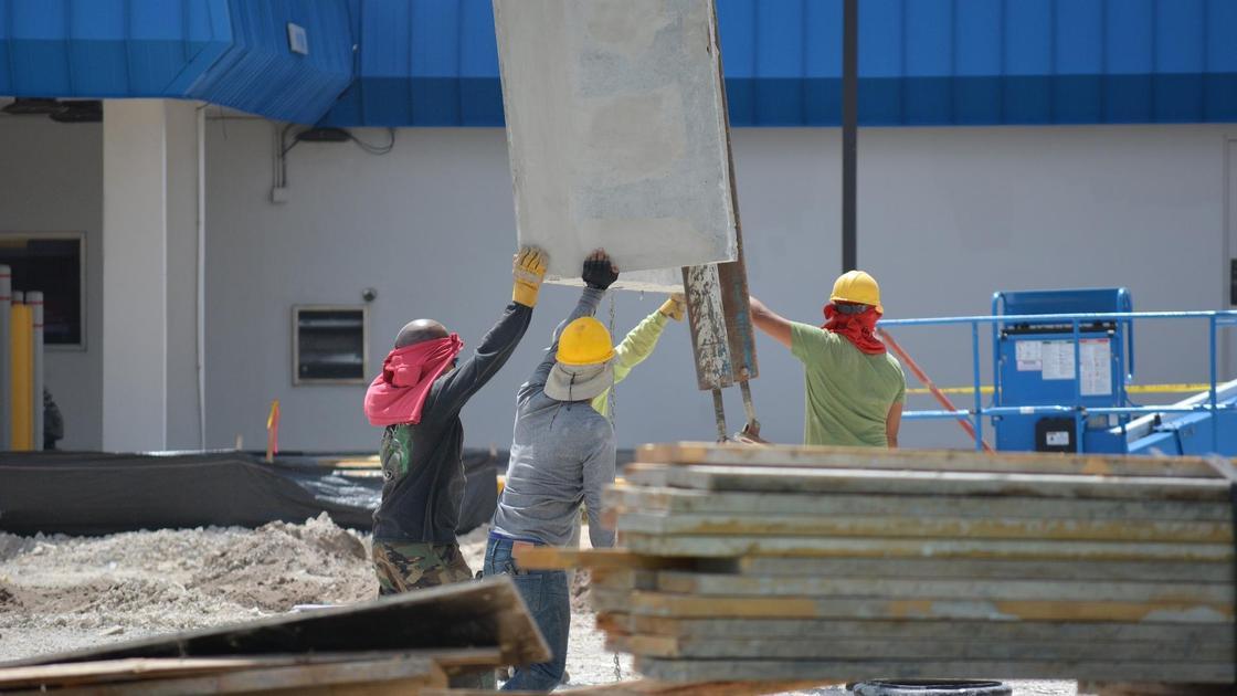 Строители на стройке
