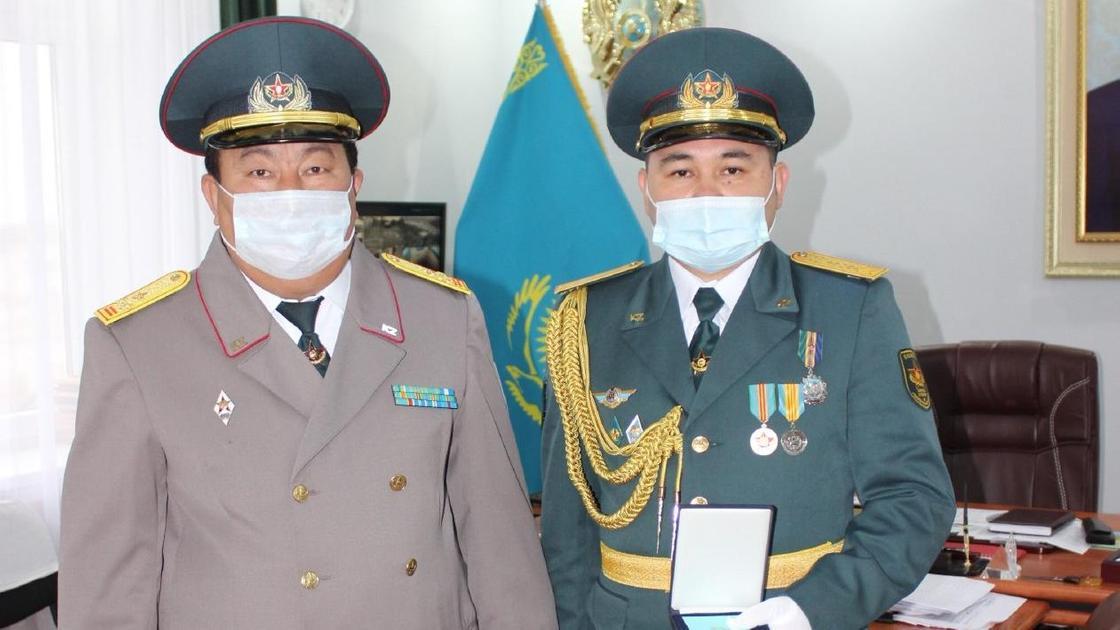 Военнослужащего наградили за бдительность и решительные действия