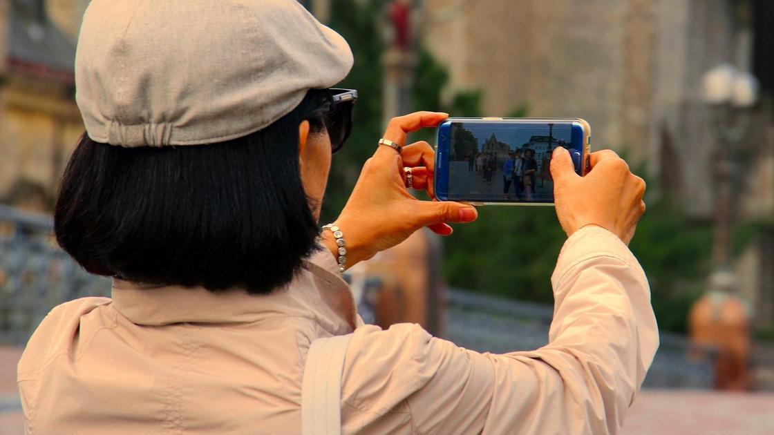 женщина делает фото на смартфон