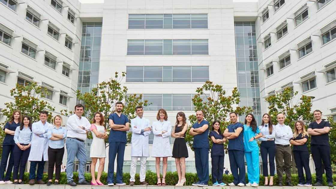 персонал больницы на фоне здания