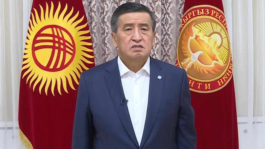 Президент Кыргызстана Сооронбай Жээнбеков записывает обращение
