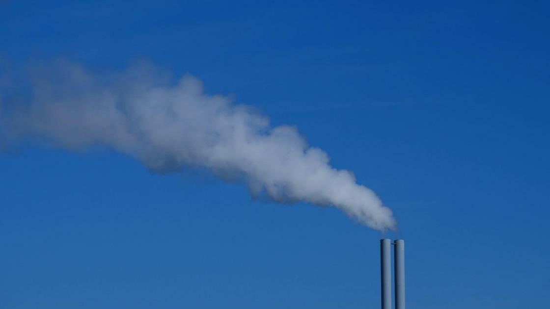 дым из трубы завода
