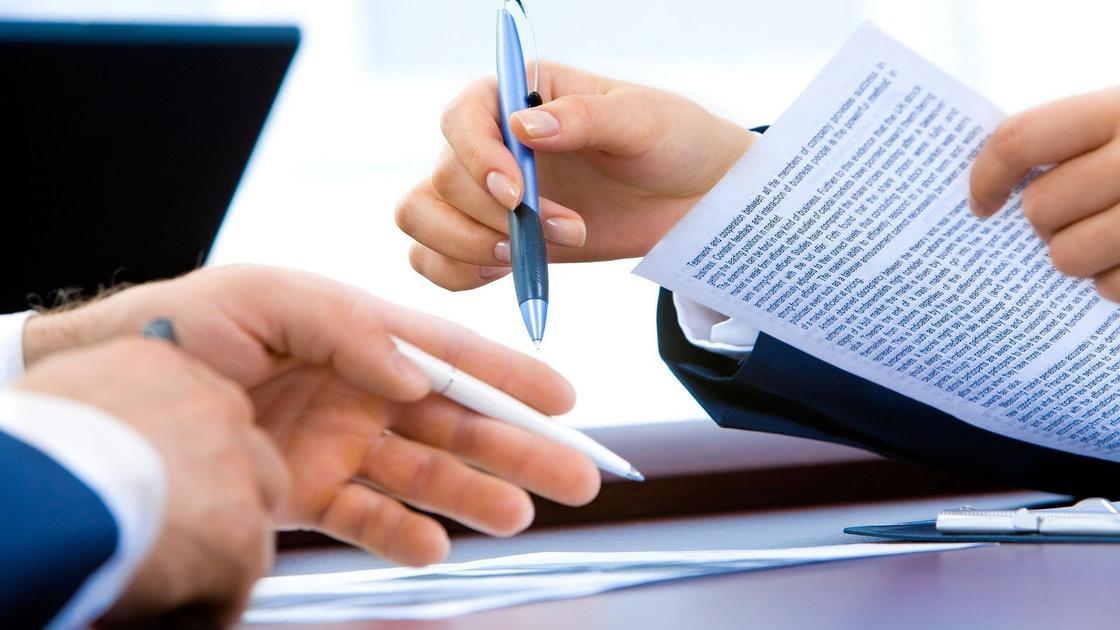 Люди подписывают документы