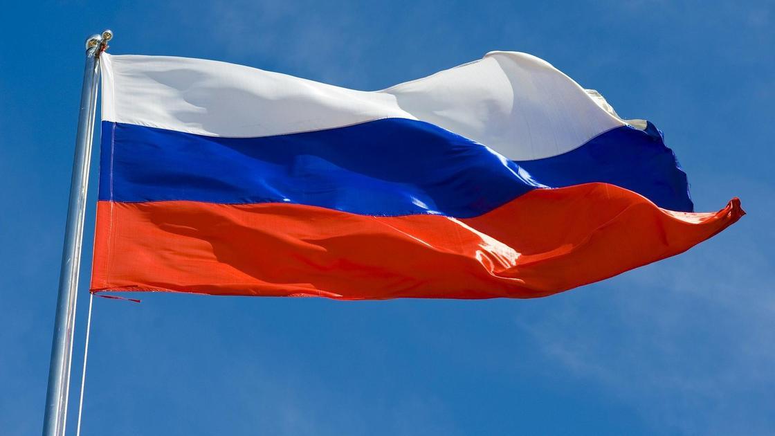 Флаг России развевается