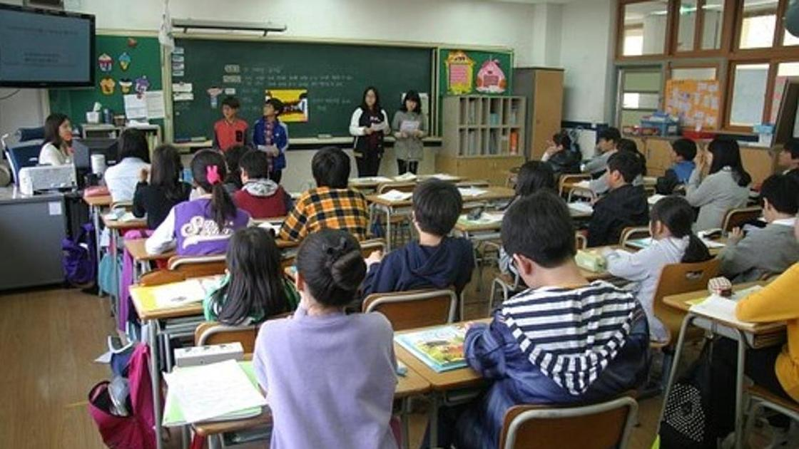 Ученики отвечают у доски в школе
