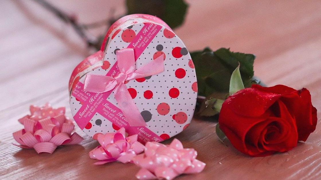 Подарок на День святого Валентина и роза