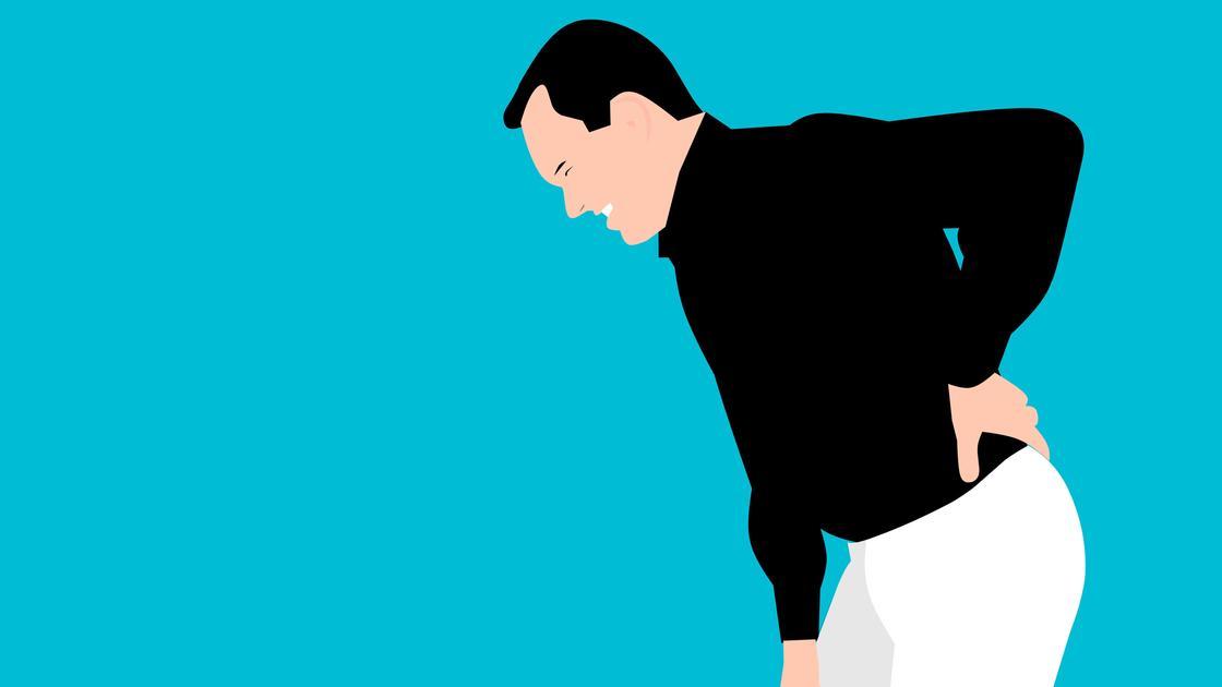 Мужчина держится за больную спину