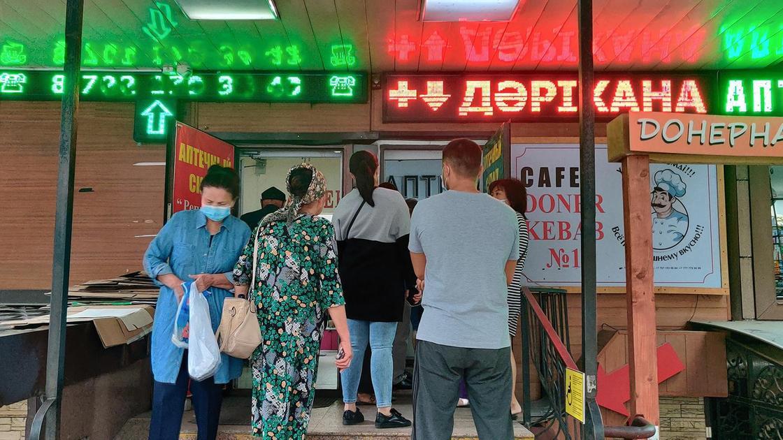Люди возле аптеки