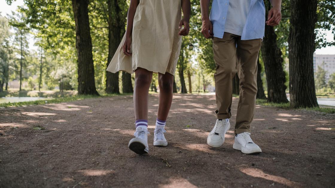Подростки идут по дороге