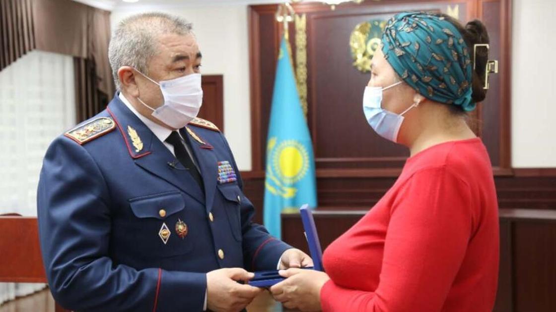 Ерлан Тургумбаев вручает награду семье одного из погибших