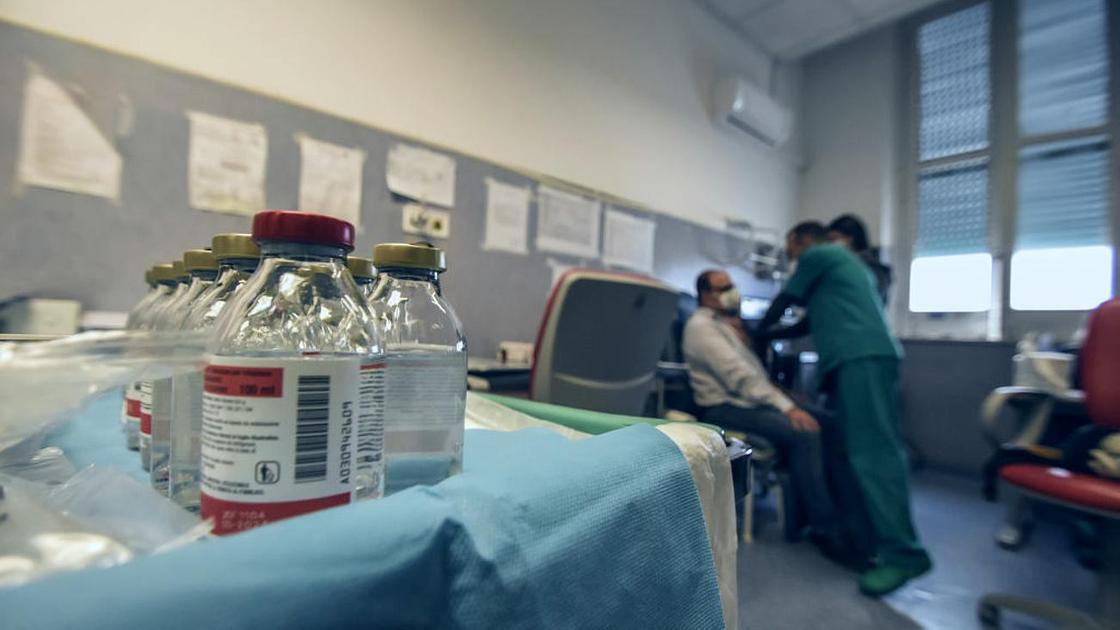 Пациент сидит в процедурном кабинете