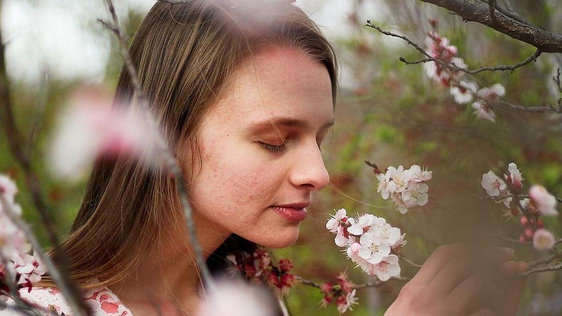 девушка нюхает цветы