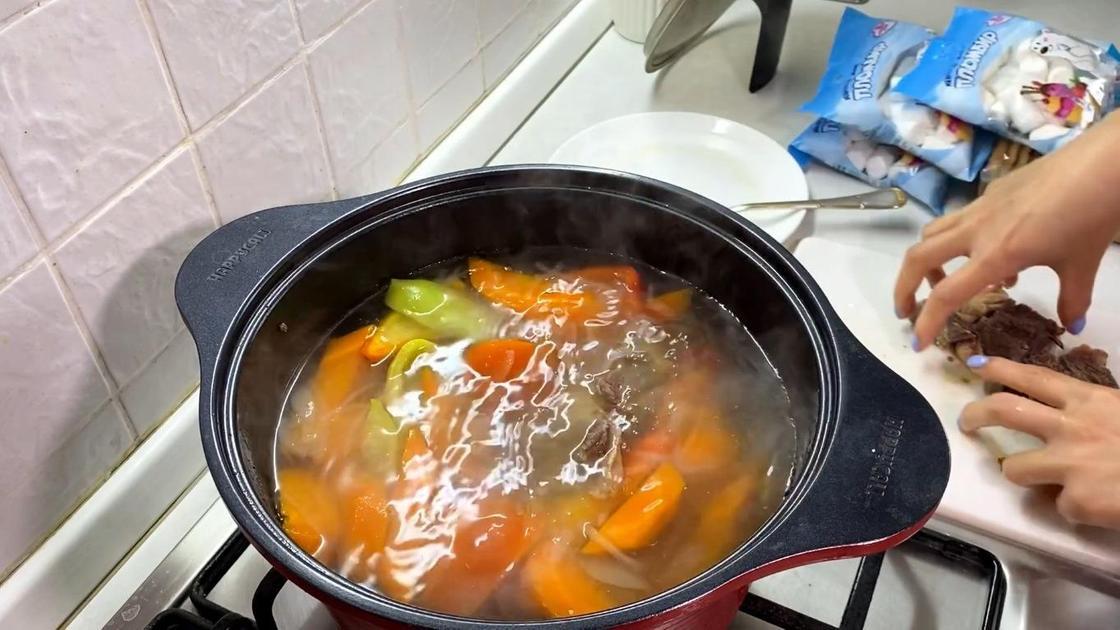 Нарезанное мясо добавляют в бульон