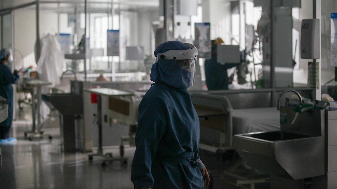 Медики идут по коридору