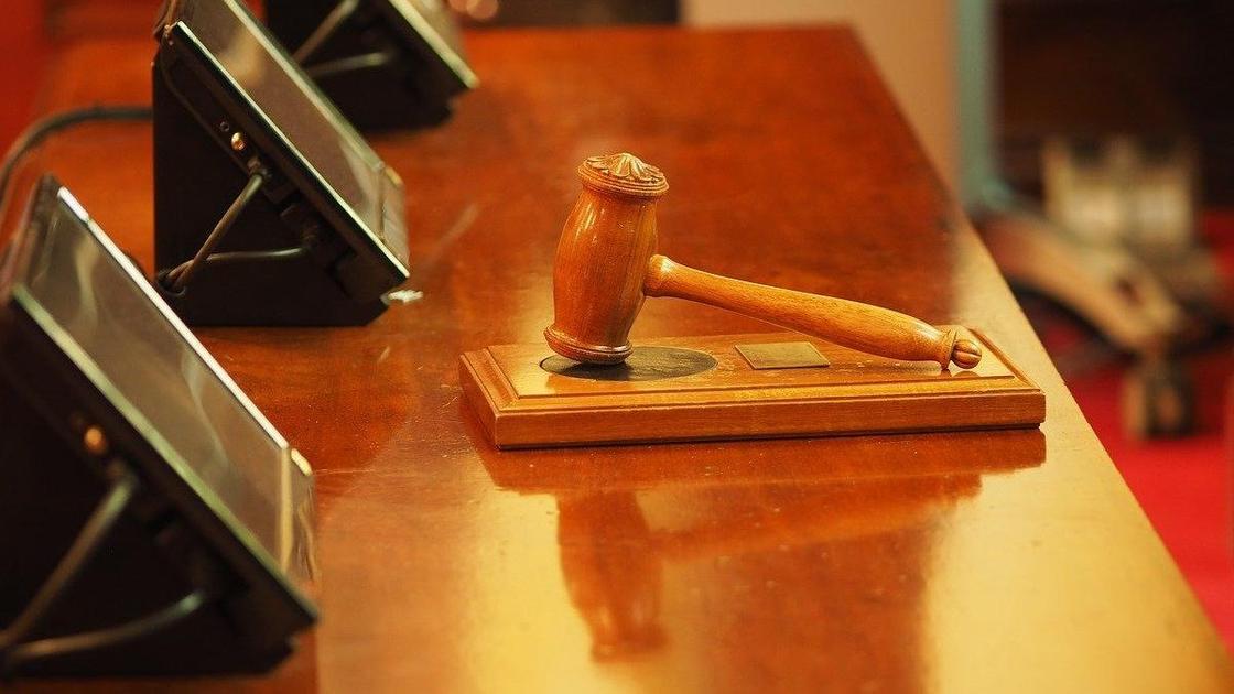 Молоток судьи на столе