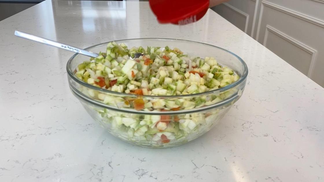 Нарезанные овощи в миске
