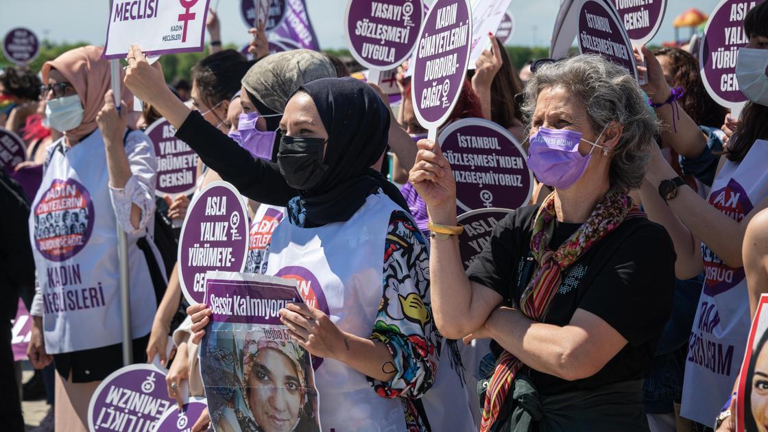 Активистки против выхода Турции из Стамбульской конвенции
