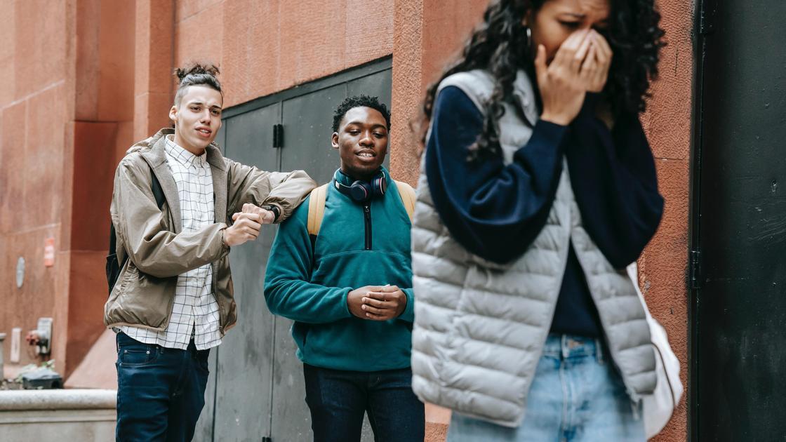 Трое подростков на улице