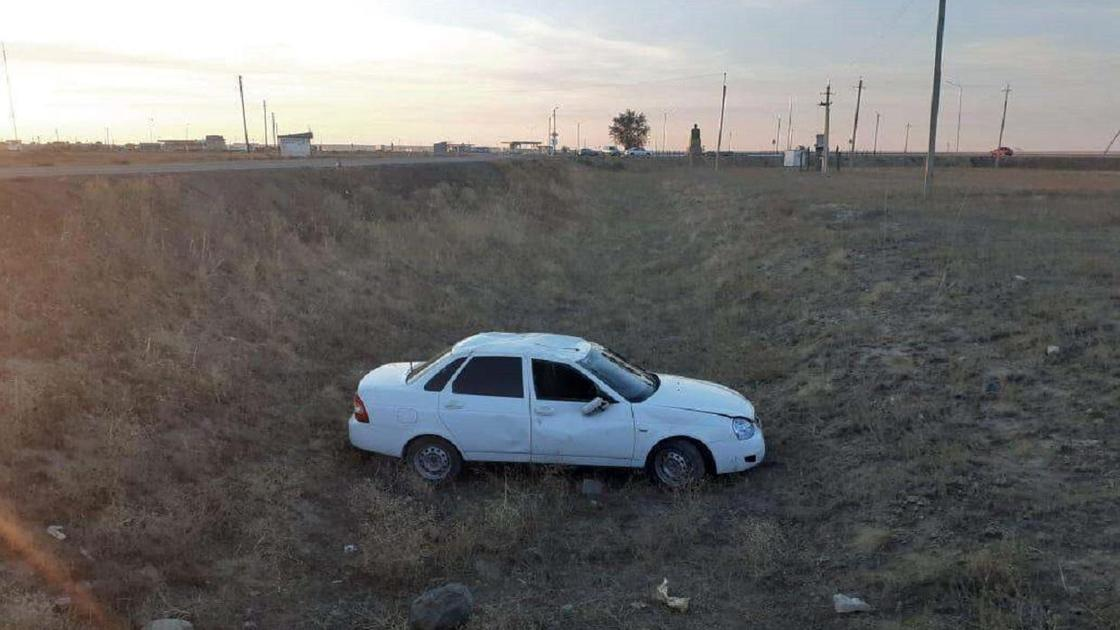 Автомобиль после ДТП стоит в поле