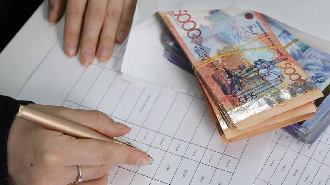 деньги и рука с ручкой