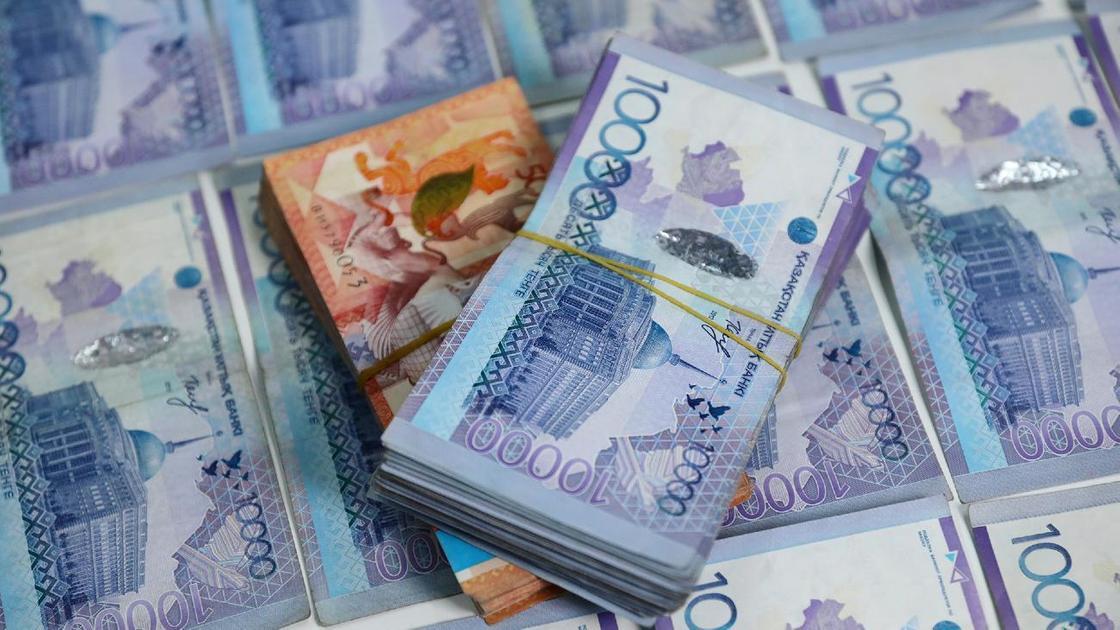 Связки денежных банкнот лежат друг на друге