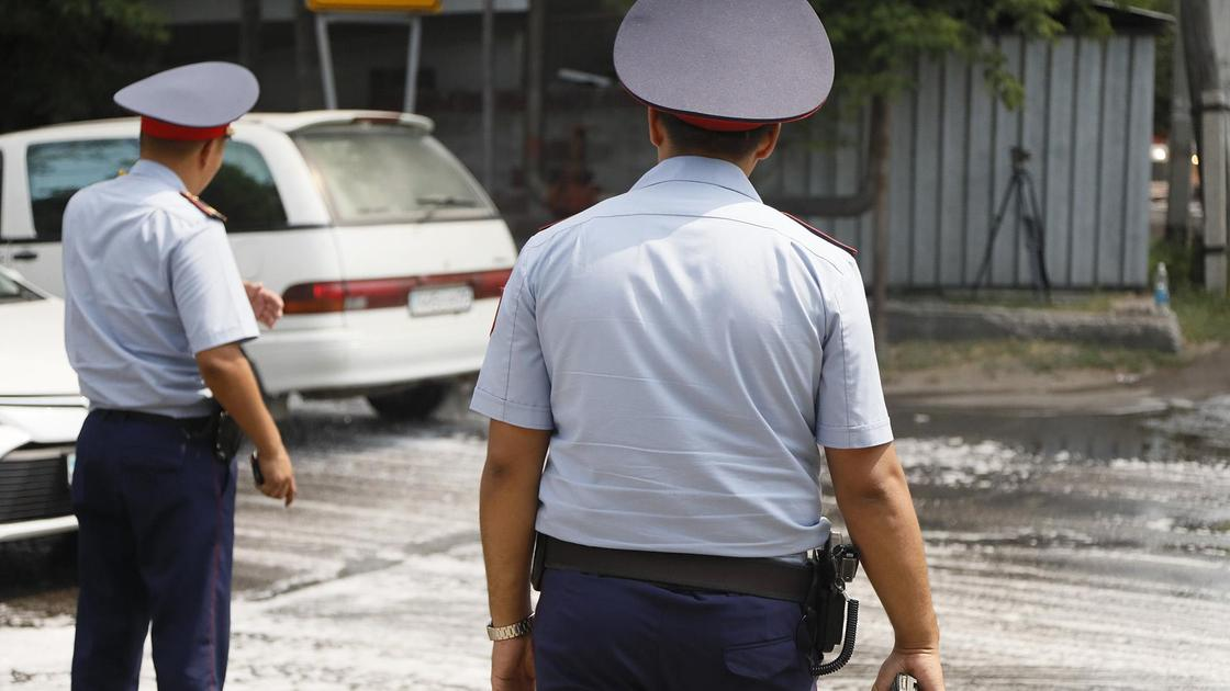 Полицейские в форме стоят на улице