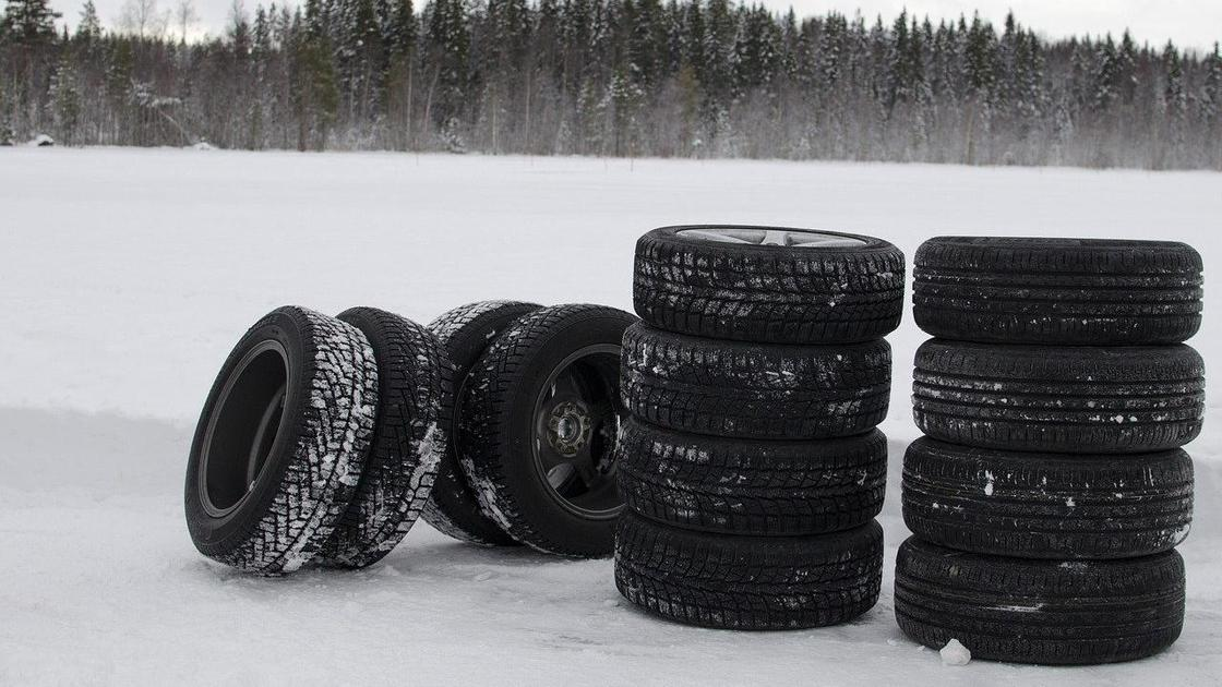 Шины лежат на снегу