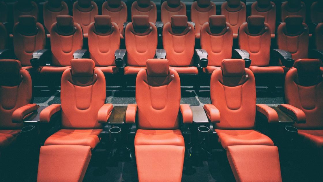 Кресла стоят в кинотеатре