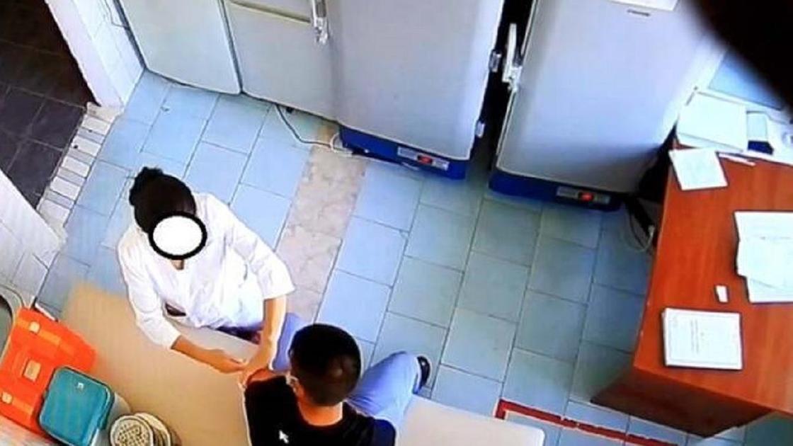 Медсестра ставит прививку пациенту в кабинете