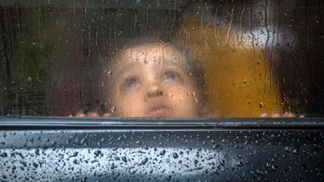 Ребенок за стеклом
