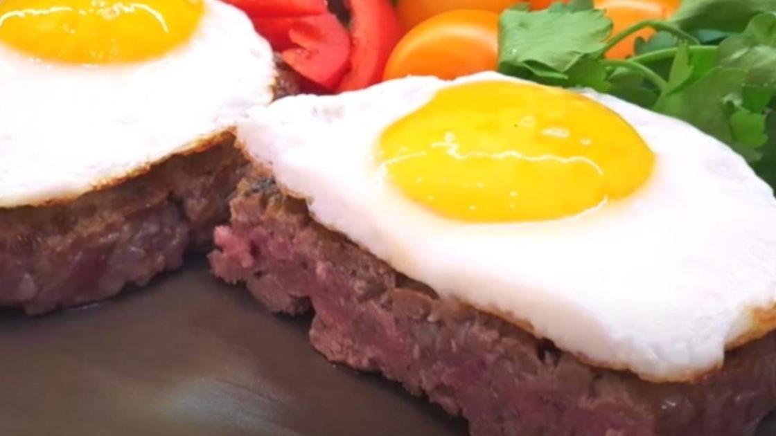 готовый бифштекс с яйцом