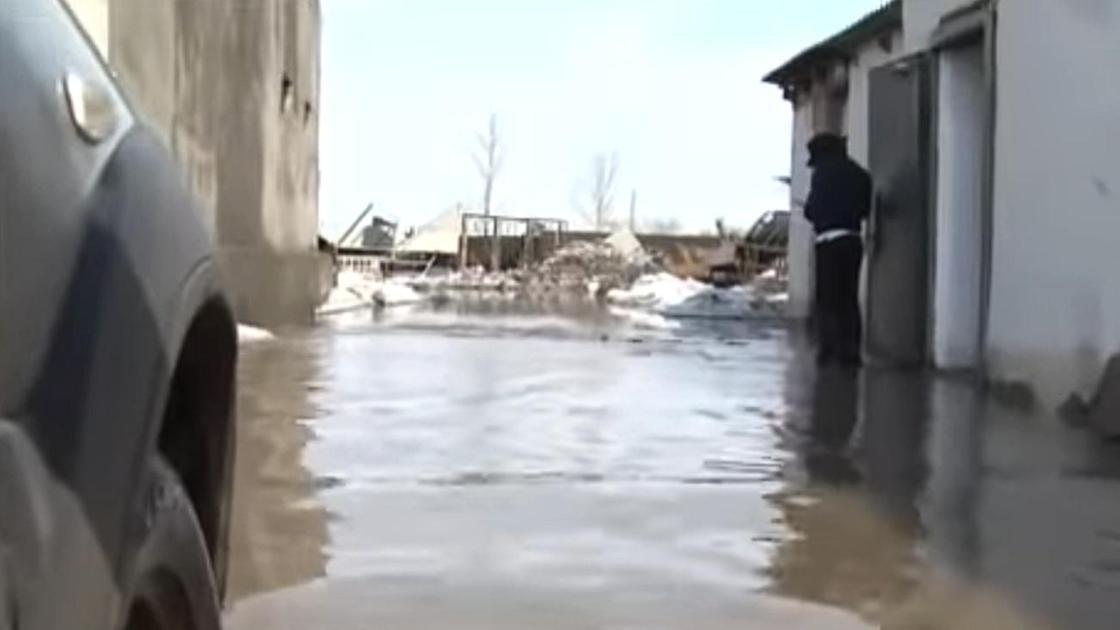 Вода течет по улице