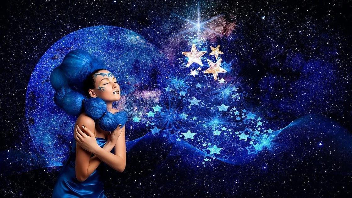 Девушка на фоне Луны и звездного неба  (фантазия)