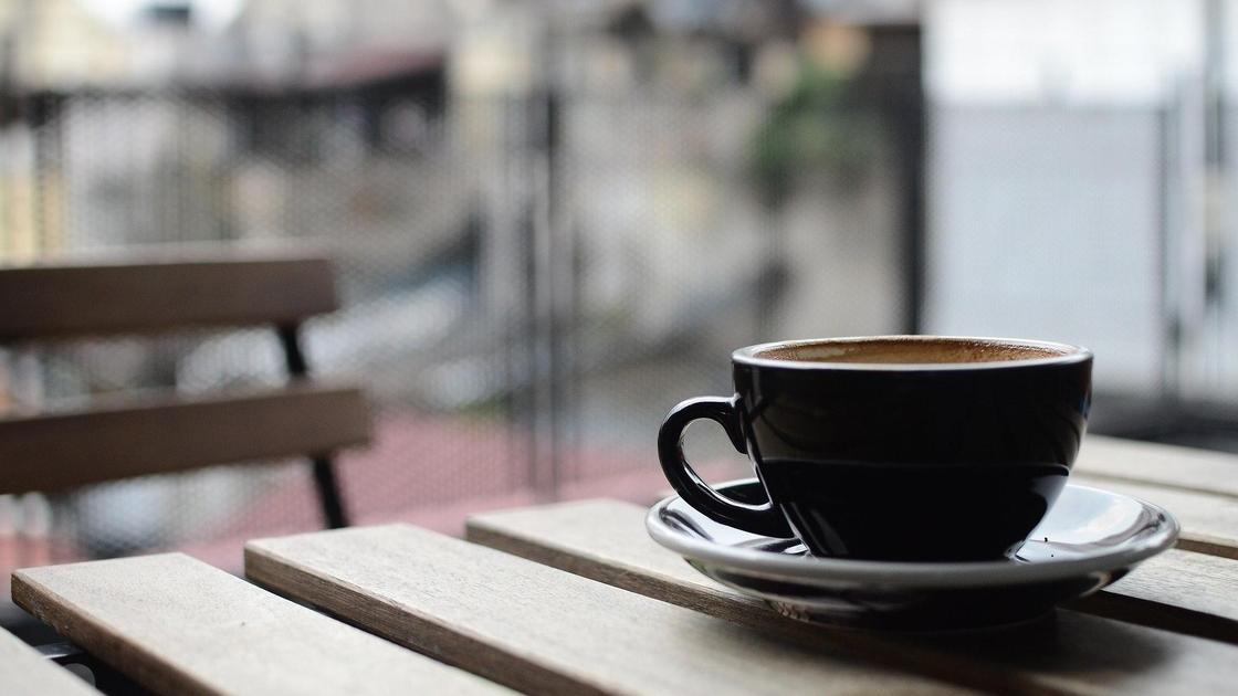 Кофе стоит на столе