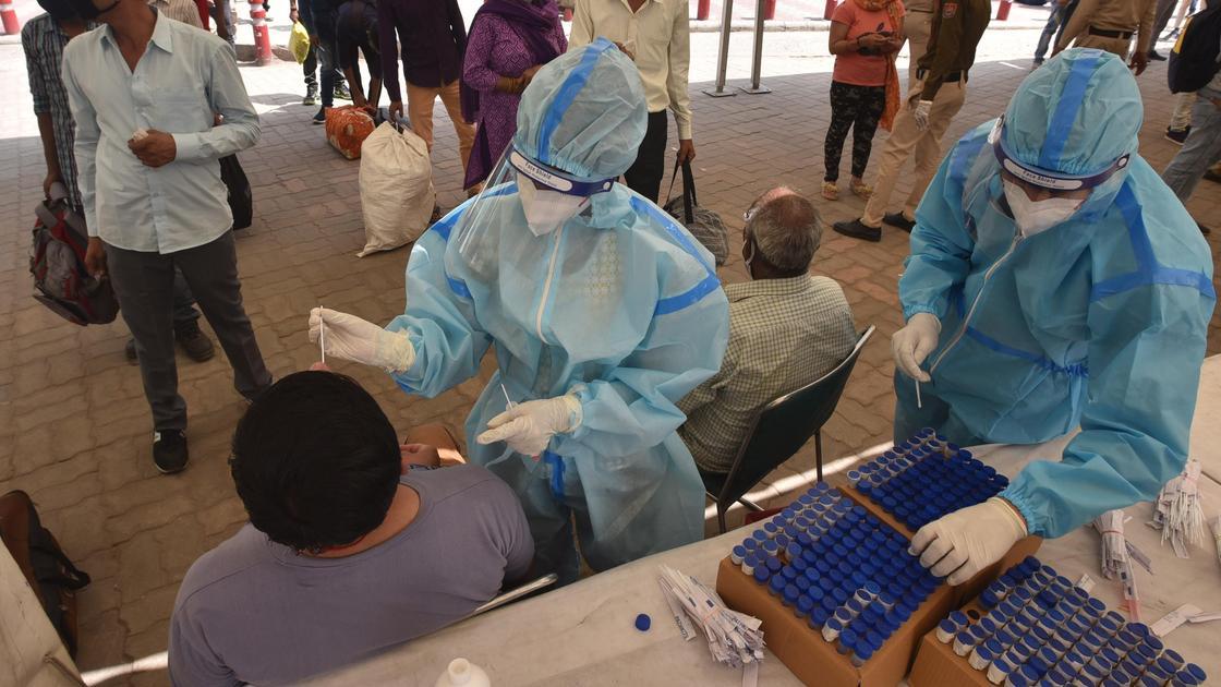 Врач берет биоматериал на ПЦР-тестирование