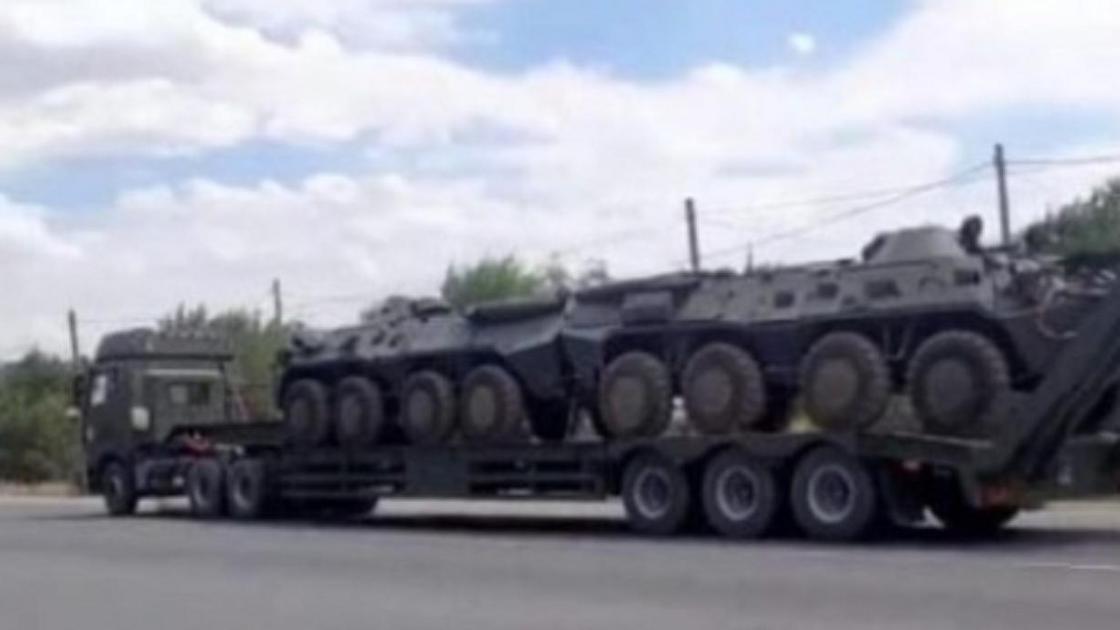 Военную технику перевозят на грузовике