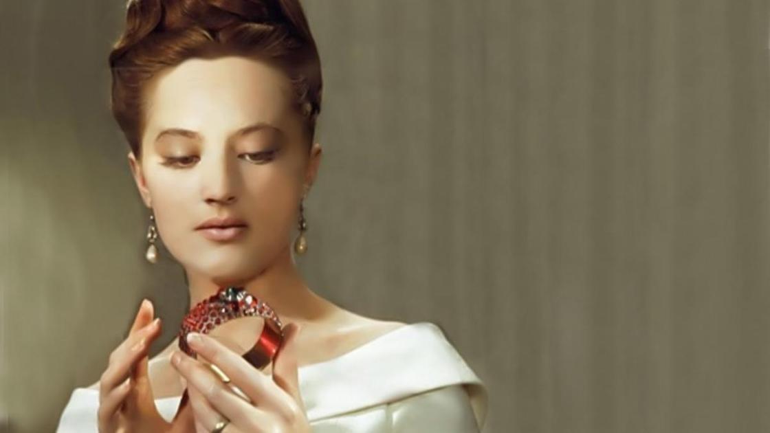 девушка держит в руках гранатовый браслет
