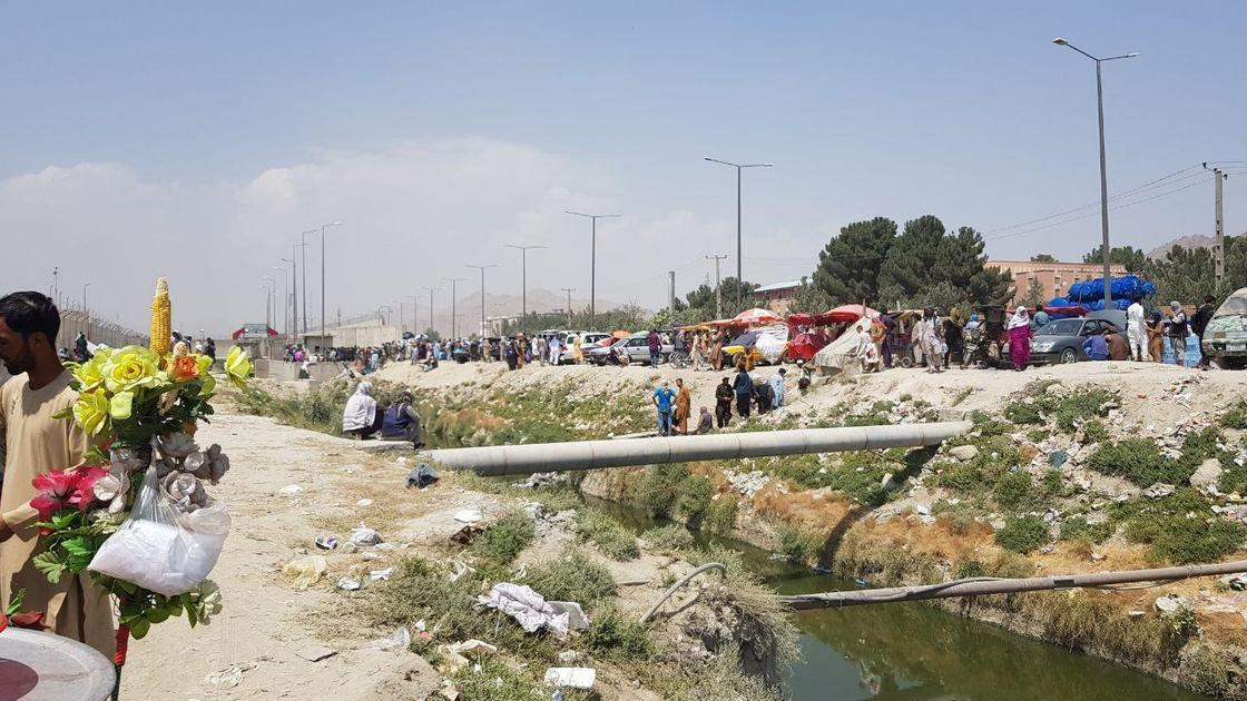 Люди, ожидающие эвакуации около аэропорта Кабула
