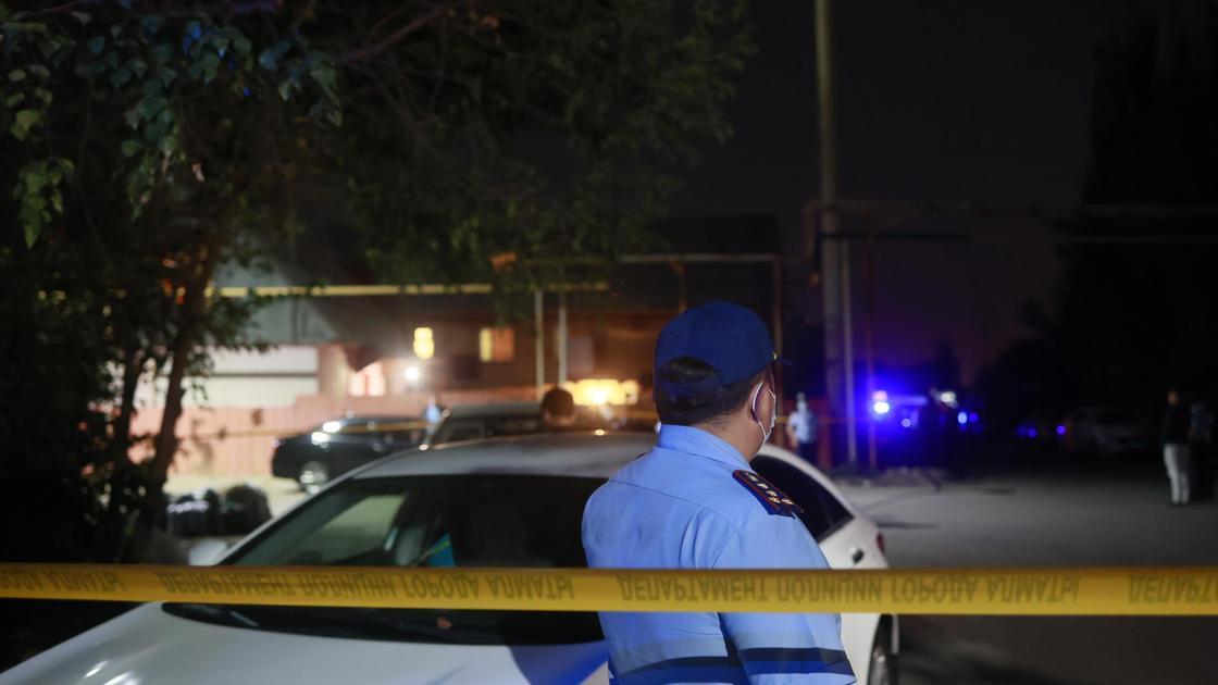 Полицейский на месте стрельбы в Алматы