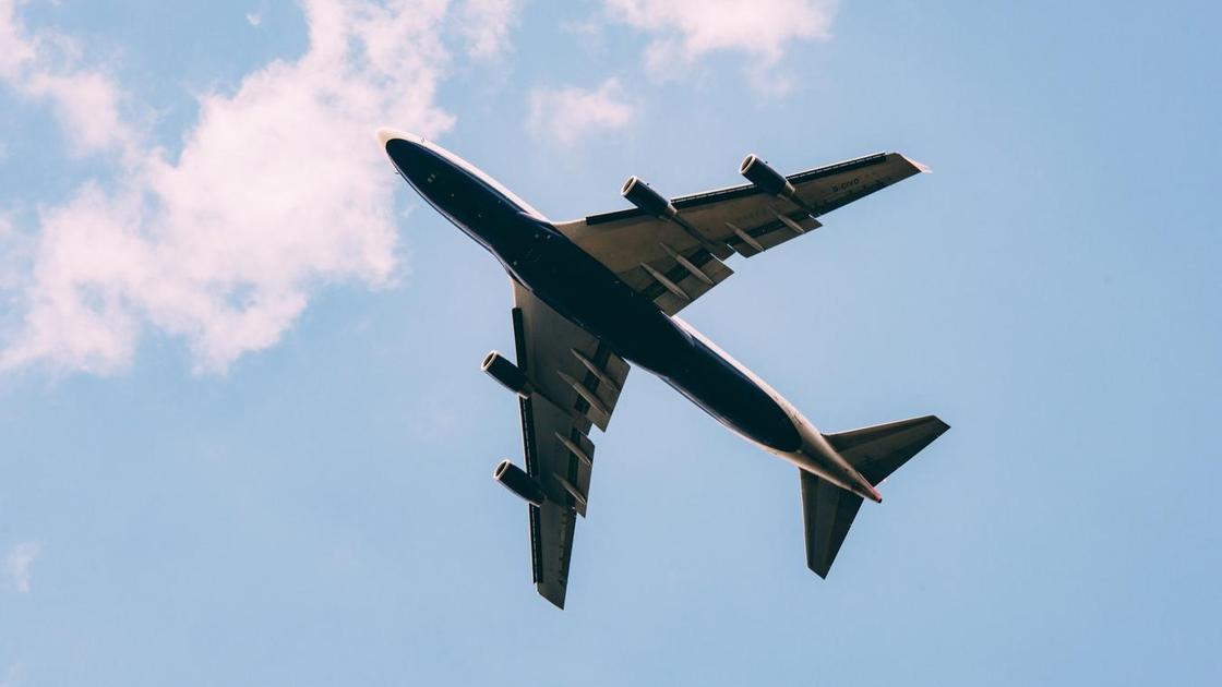 Самолет летит в воздухе