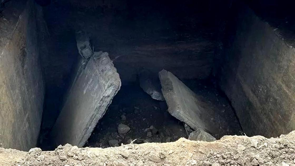 На месте дыры выкопали яму