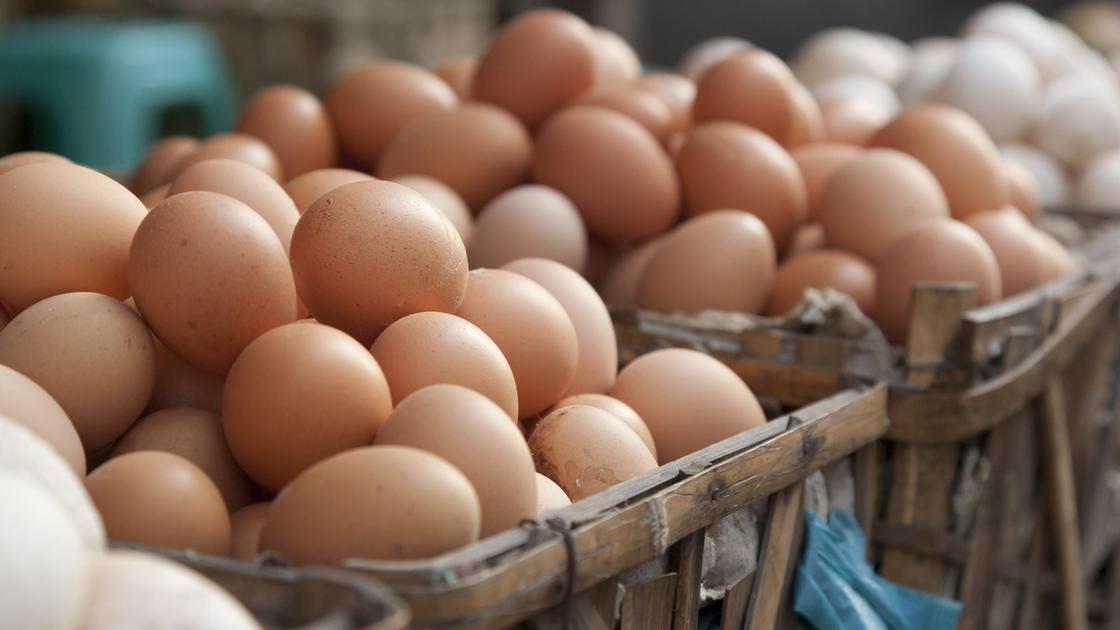 Яйца лежат на рынке