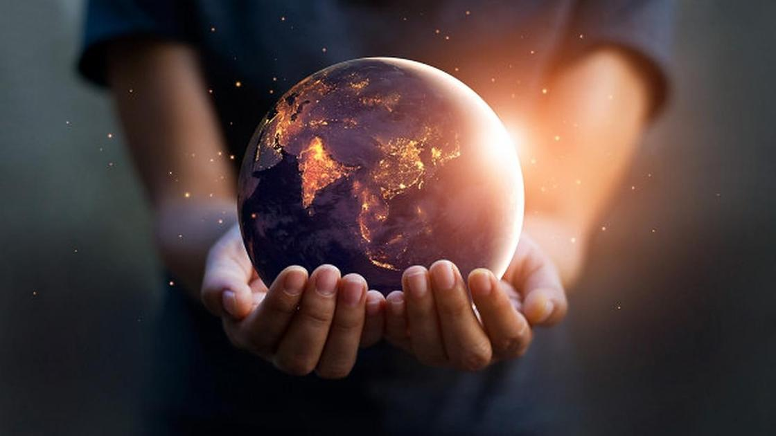 Земной шар в руках мальчика