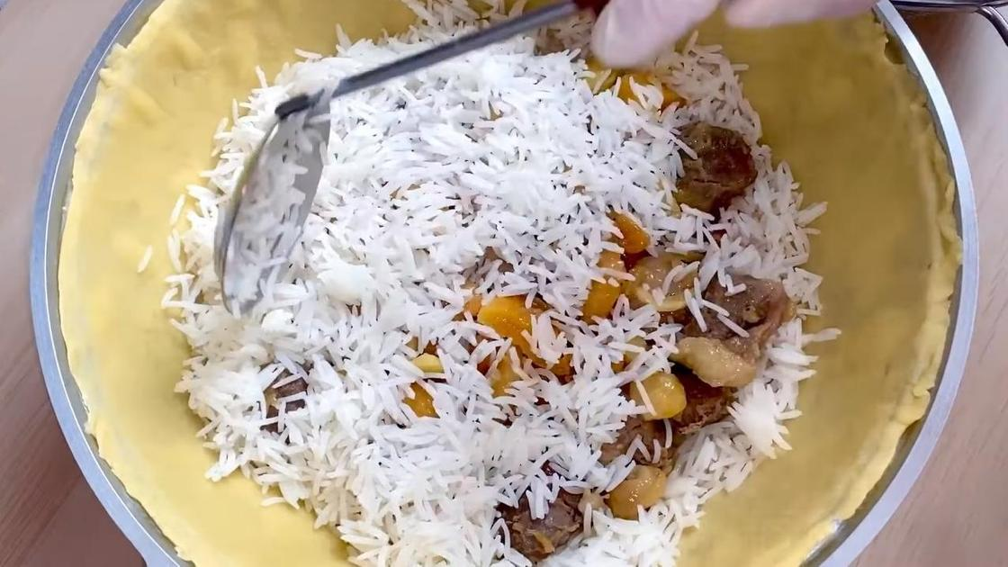 Рис и поджарка выкладываются слоями