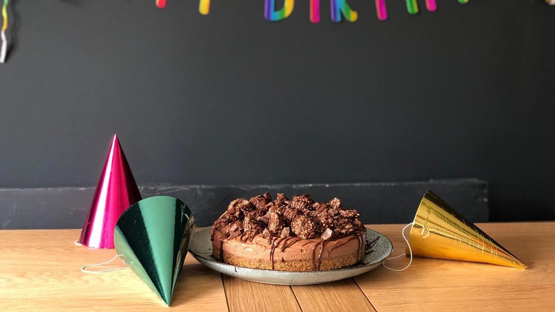 торт ко дню рождения, шапочки-конусы